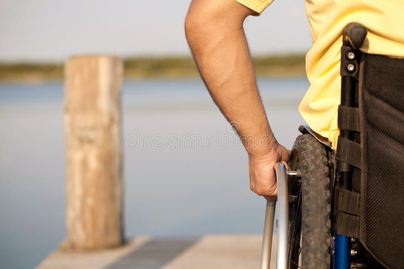 使用他的轮椅 图库摄影