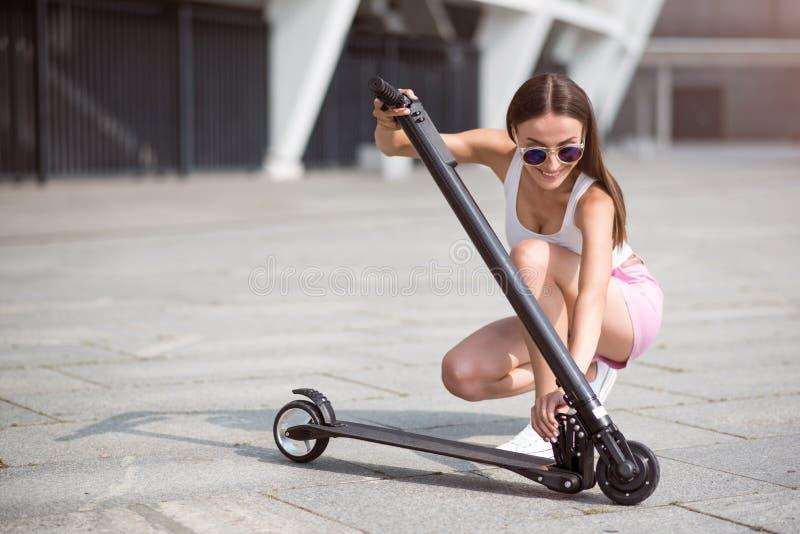 使用滑行车的宜人的妇女 库存照片