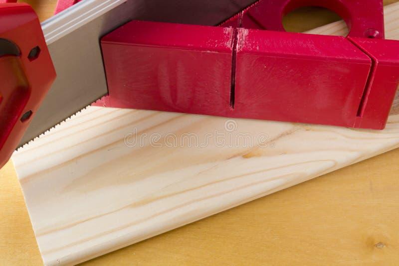 使用轴锯箱和锯的切板 库存照片