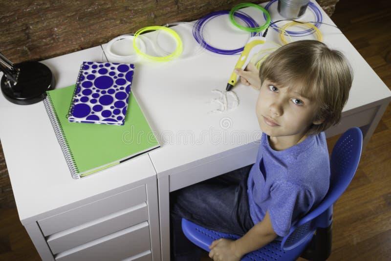 使用3D打印笔的孩子 做新的项目的男孩 创造性,技术,休闲,教育概念 免版税库存图片
