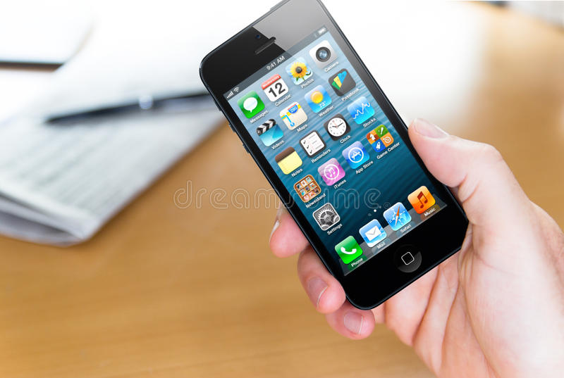 使用Apple iphone 5 图库摄影