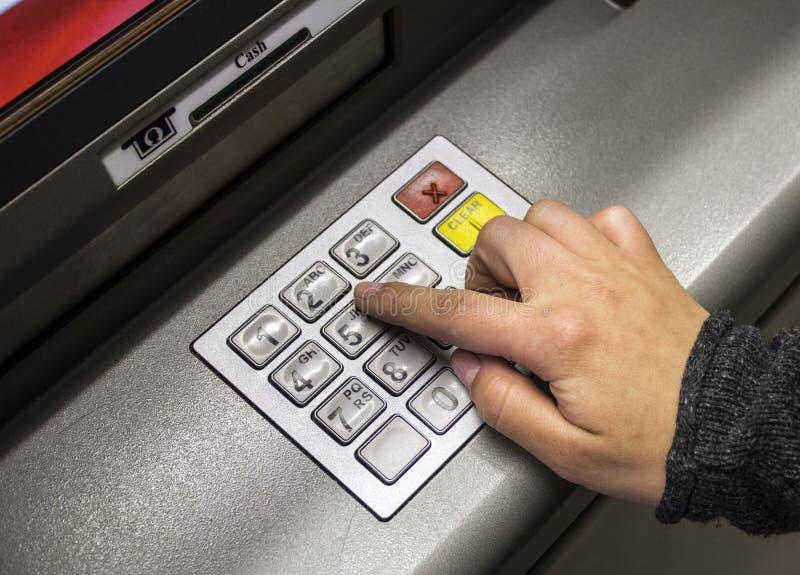 使用ATM机器的手 库存照片