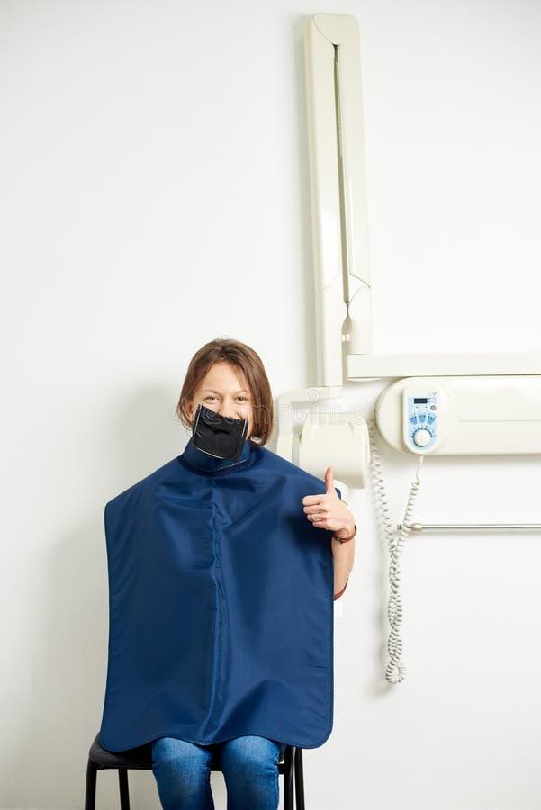 使用coffedram,女孩坐X-射线背景牙的 库存图片