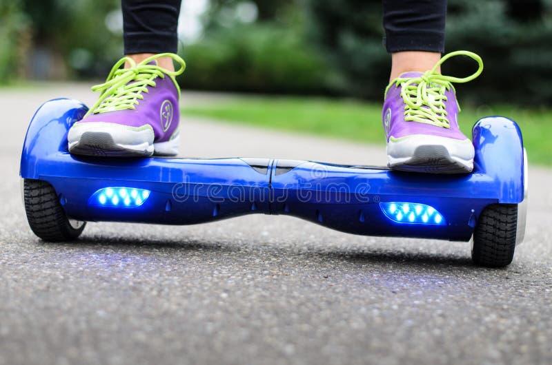 使用Hoverboard电聪明滑行车自已平衡 库存图片