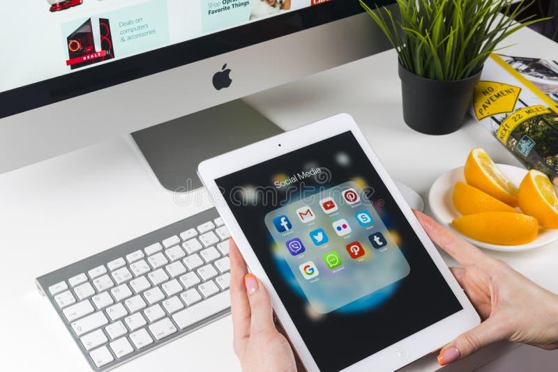 使用iPad的妇女手赞成与社会媒介facebook, instagram,慌张,在屏幕上的谷歌应用象  智能手机开始 库存图片