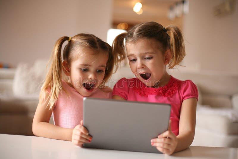 使用IPod的快乐的女孩 黑色接近的耳机图象软绵绵地查出话筒填充白色 免版税库存图片