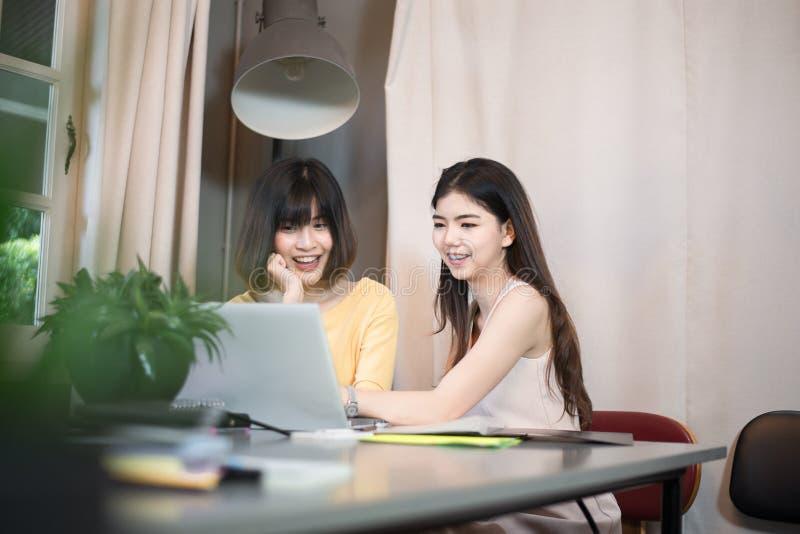 使用labtop的年轻亚裔夫妇学生在大学图书馆 免版税库存图片