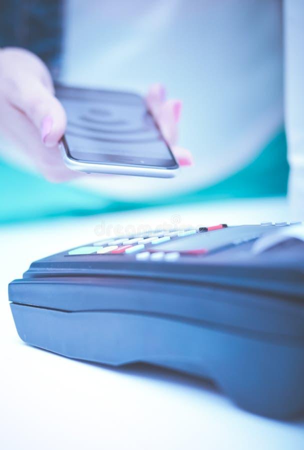 使用NFC技术,顾客支付与智能手机在商店 Nfc?? 顾客支付 库存照片