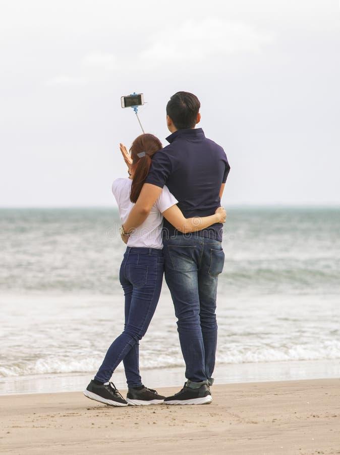使用selfie的青年人在中国海滩黏附岘港 库存照片