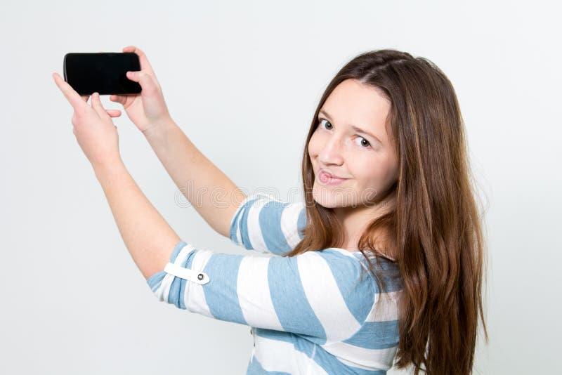 使用Smartphone的深色的女孩 免版税图库摄影