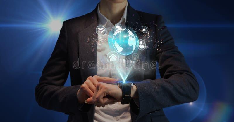 使用smartwatch的商人反对蓝色背景 免版税库存图片