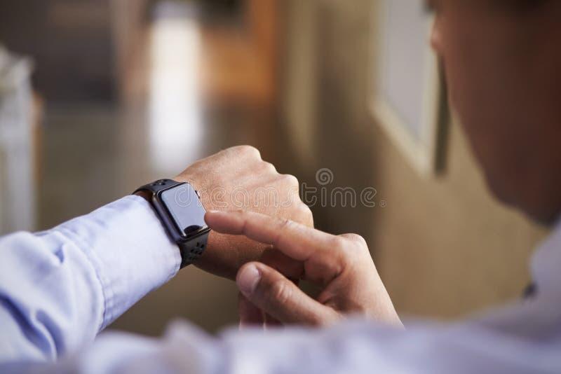 使用smartwatch,关闭人手 免版税库存图片
