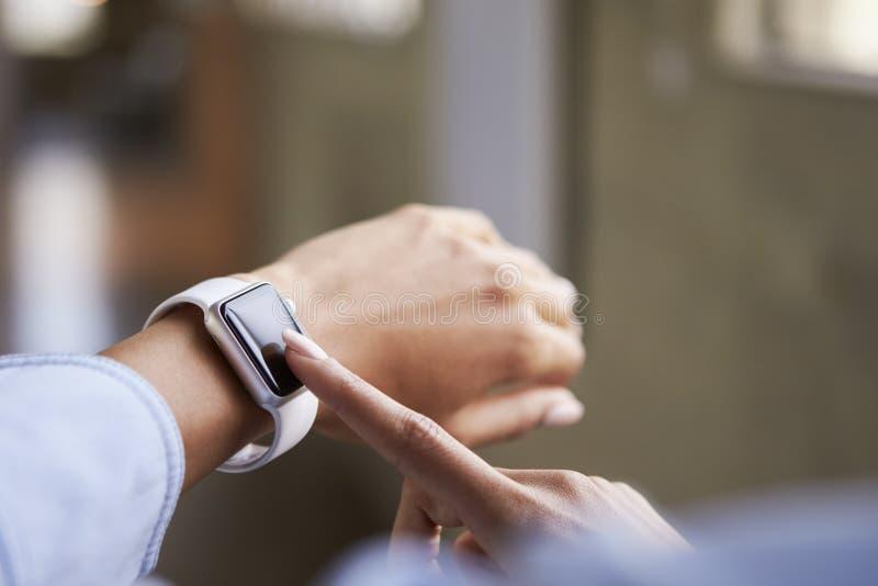 使用smartwatch,关闭妇女手 图库摄影