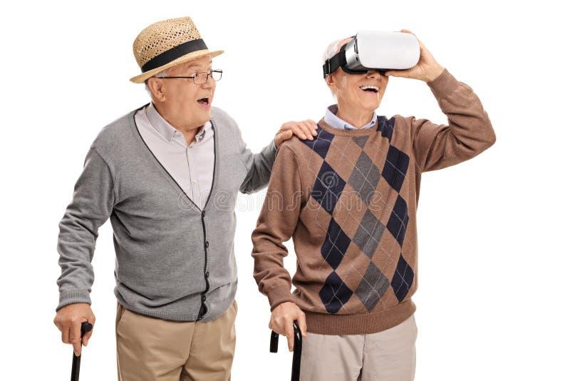 使用VR耳机的两资深先生们 库存照片