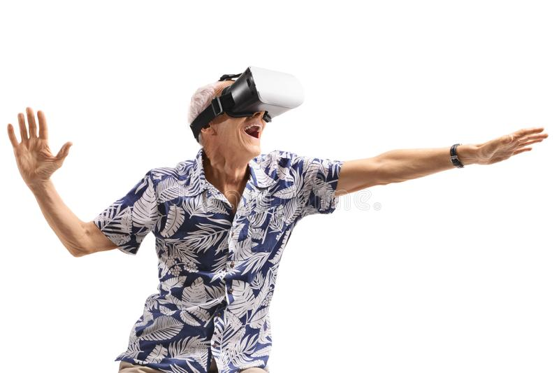 使用VR耳机的激动的老人 免版税库存照片