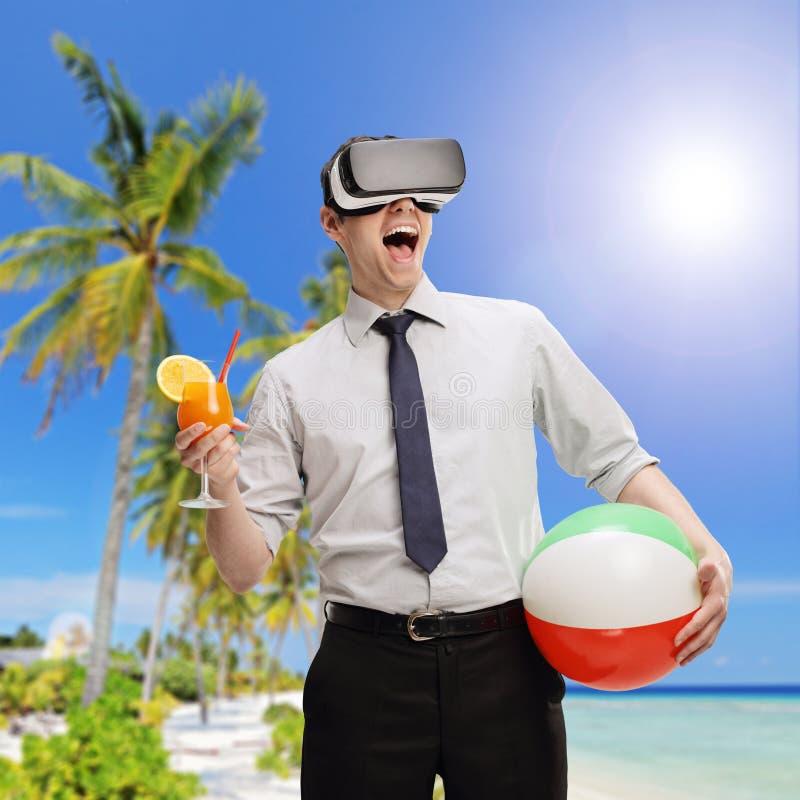 使用VR耳机,供以人员形象化海滩 免版税库存照片