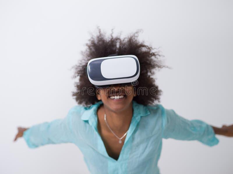 使用VR虚拟现实的耳机玻璃黑人女孩 免版税图库摄影