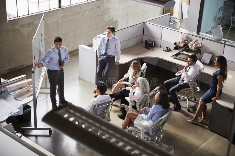 使用whiteboard在会议,高的看法的商人 免版税库存照片