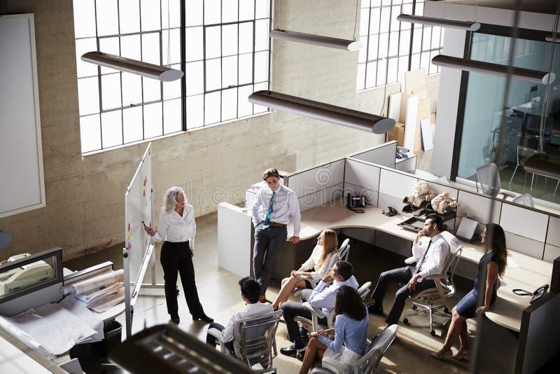 使用whiteboard在会议,高的看法的女性经理 免版税库存照片