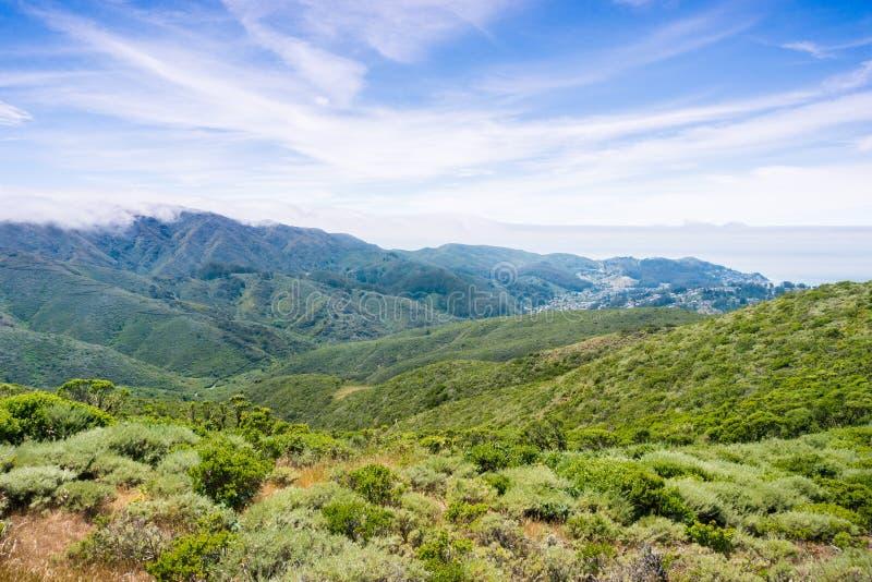 使盖Montara山McNee大农场国家公园,加利福尼亚嫩绿的小山和谷模糊  库存照片