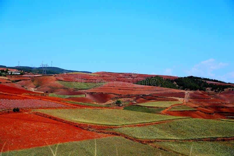 使目炫东川红色土壤风景区 免版税图库摄影