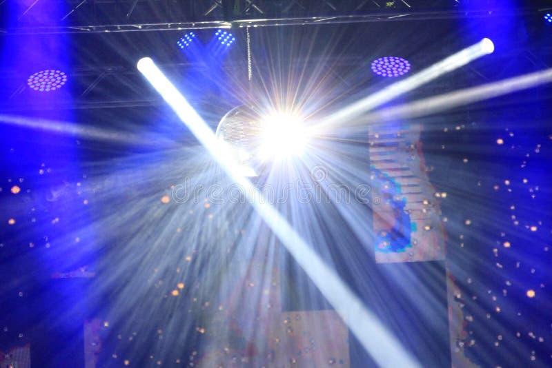 使目炫发光的光在音乐会阶段 图库摄影