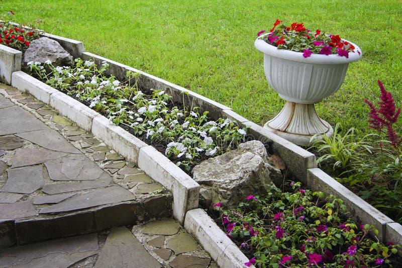 使石头环境美化的庭院 免版税库存图片