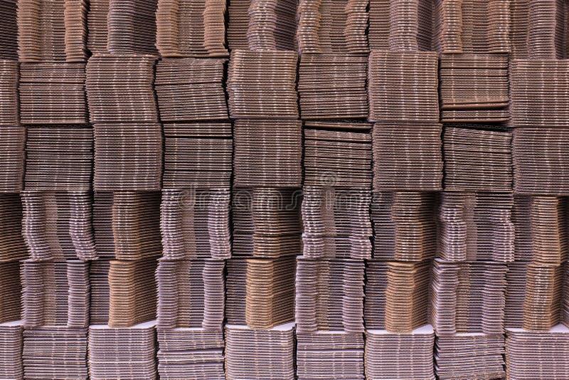 使纸板成波状栓与白色塑料绳索 波状纸板唯一墙壁 波纹状的纤维板 Linerboard委员会 免版税库存图片