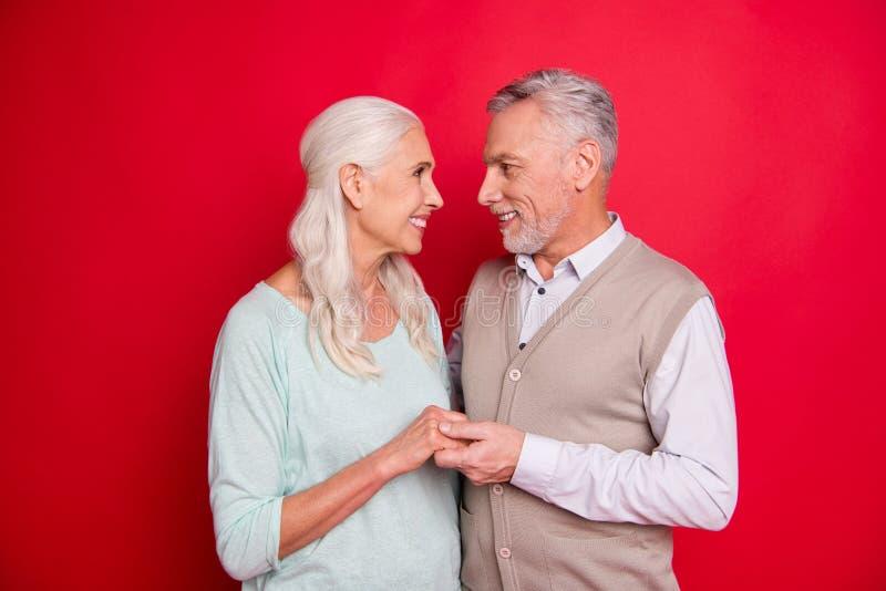 使美丽惊奇的照片的关闭她她他他他拥抱恳切的举行的手胳膊的年迈的人夫人身分看眼睛 图库摄影