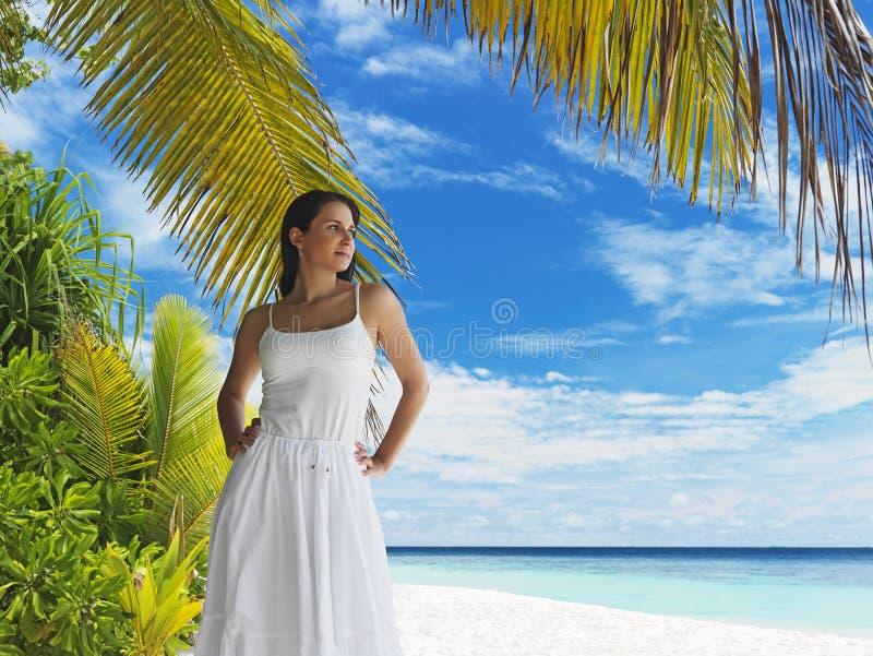 使美丽的热带妇女靠岸 库存照片