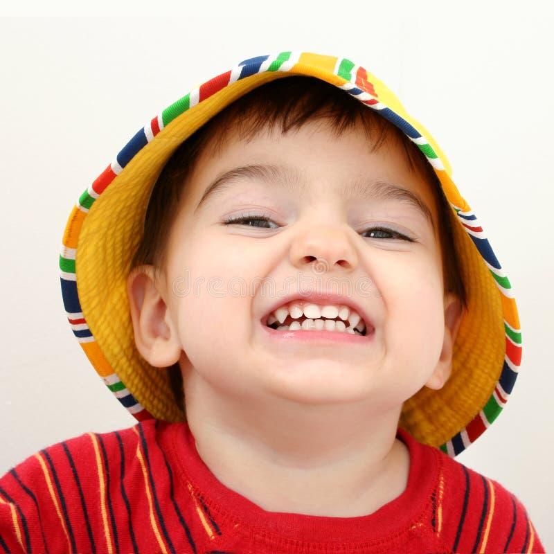 使美丽的男孩帽子靠岸 库存照片