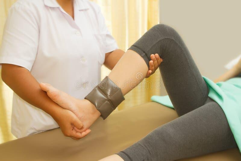 使膝盖的肌肉培训恢复原状 图库摄影