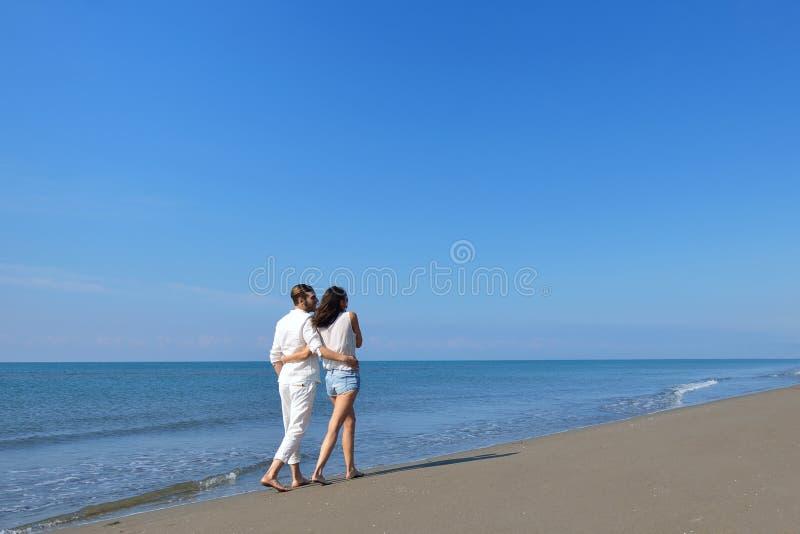 使走浪漫旅行蜜月假期暑假的夫妇靠岸言情 库存图片