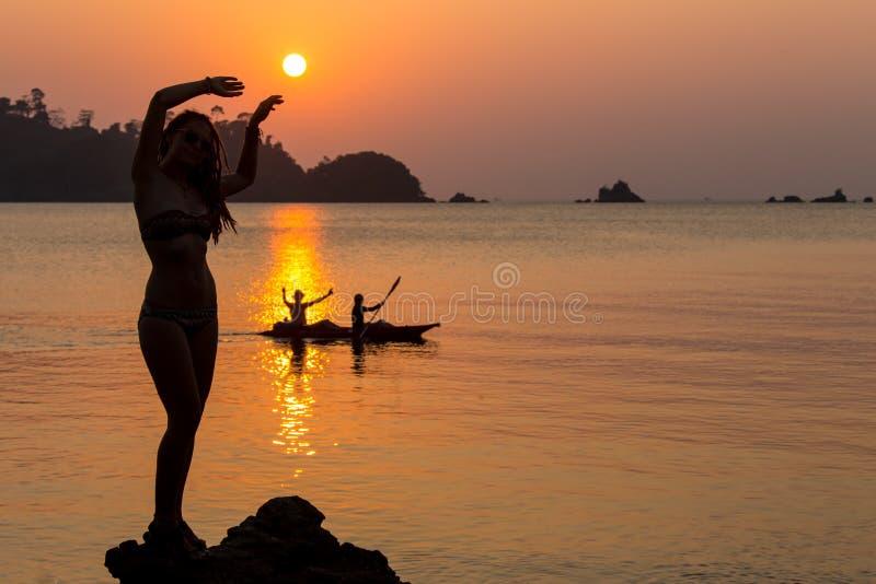 使跳舞健康生存日落假期生命力妇女的无忧无虑的概念靠岸 假期生命力健康生存概念 免版税图库摄影