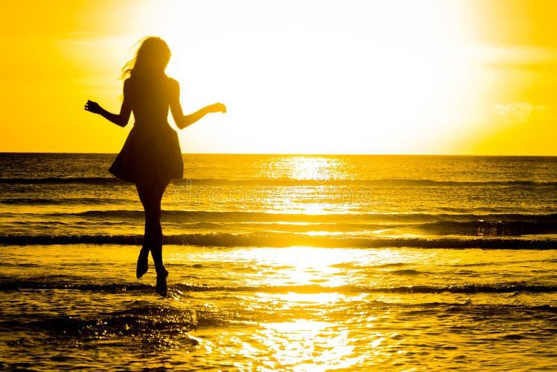 使跳舞健康生存日落假期生命力妇女的无忧无虑的概念靠岸 假期vita 库存照片