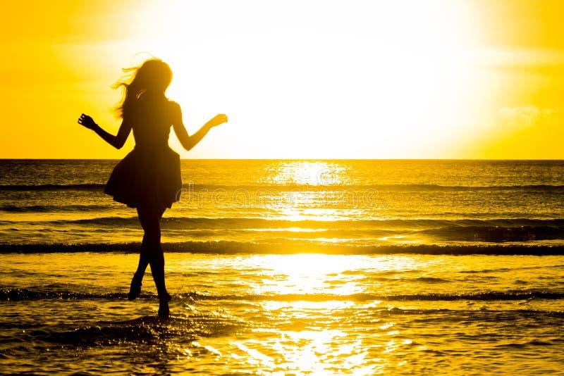 使跳舞健康生存日落假期生命力妇女的无忧无虑的概念靠岸 假期vita 免版税库存照片