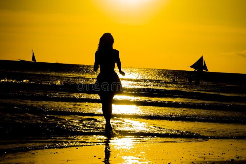 使跳舞健康生存日落假期生命力妇女的无忧无虑的概念靠岸 假期vita 免版税库存图片