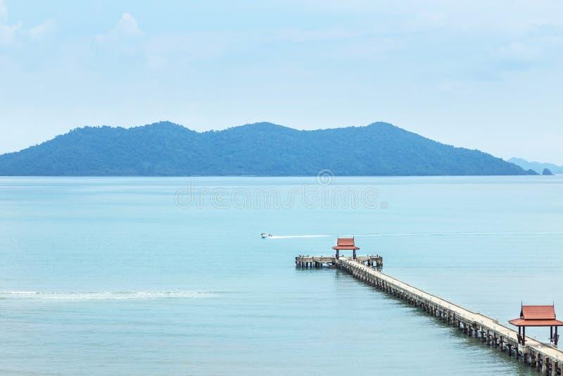 使长的具体码头环境美化看法在海滩的入蓝天的蓝色海在酸值张海岛, Trat Th 库存图片
