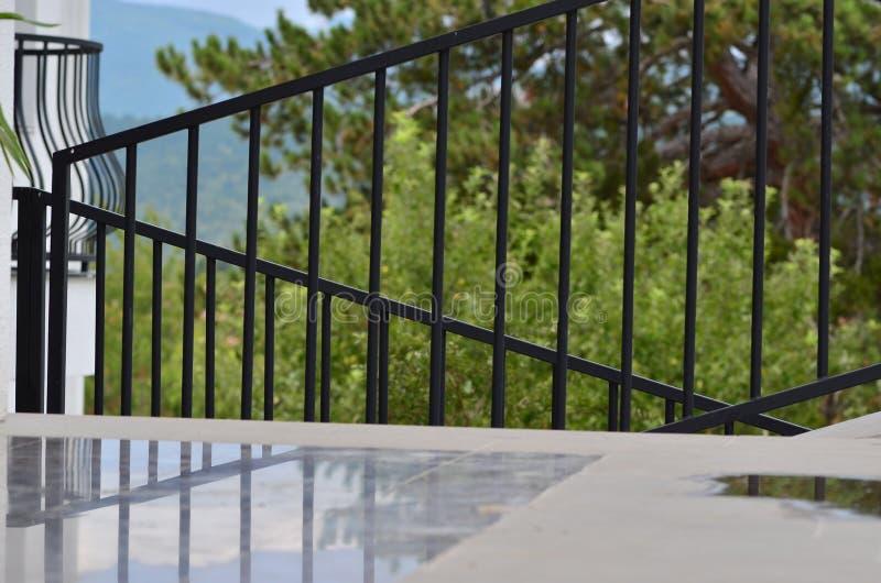 使门廊环境美化的庭院 库存照片