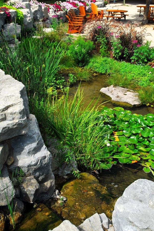使露台池塘环境美化 免版税库存照片