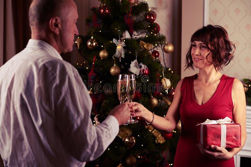 使香槟叮当响的他们的长笛爱恋的夫妇在exchangi前 免版税图库摄影