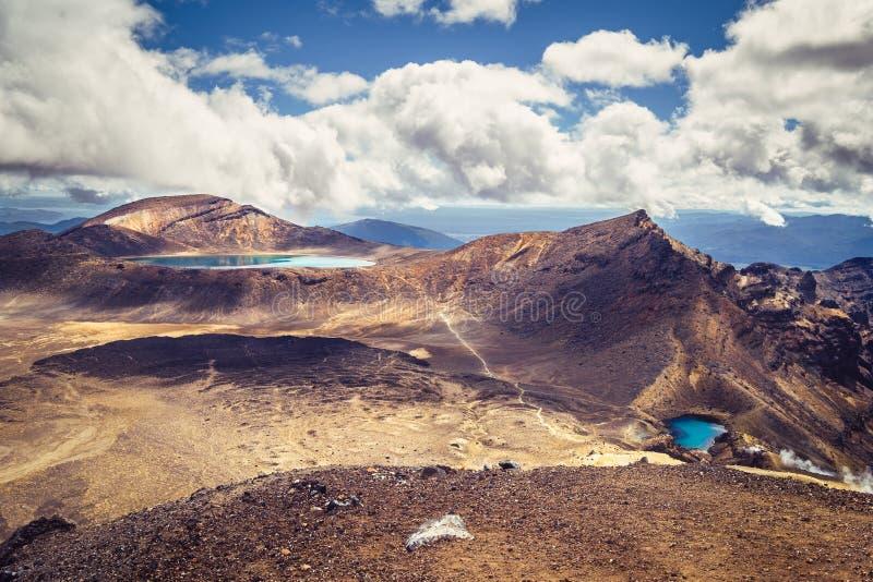 使鲜绿色湖和火山的风景环境美化, Tongariro, NZ看法  免版税库存照片