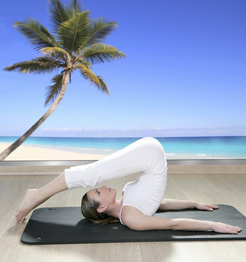 使黑色席子棕榈树视图视窗女子瑜伽&# 免版税图库摄影