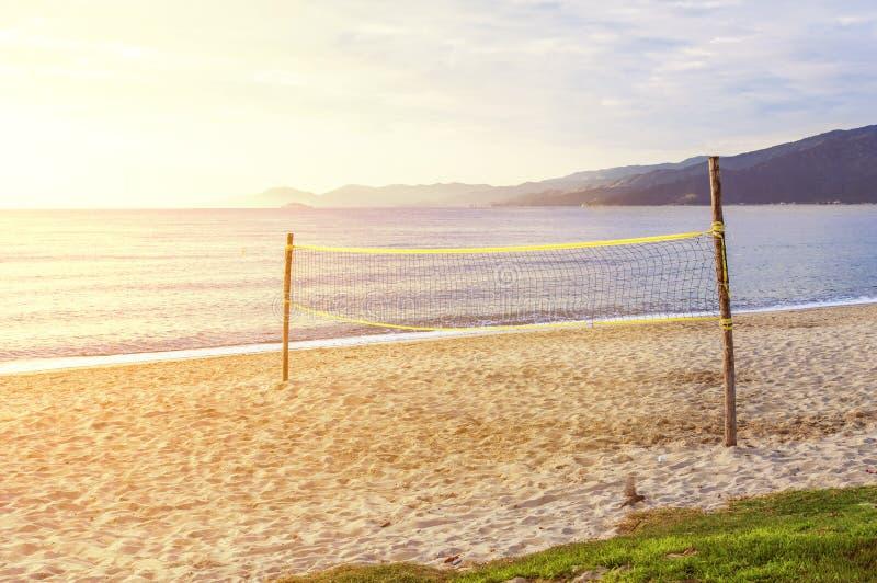 使齐射法院靠岸有与灼烧的太阳的海背景 库存图片