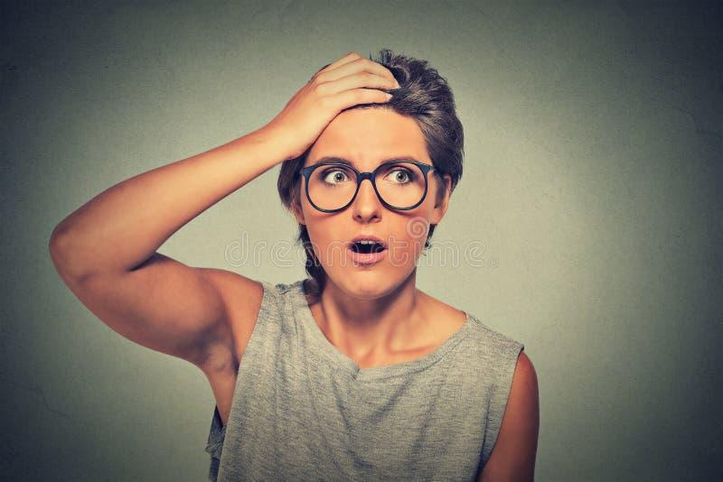 使戴看起来的眼镜的吃惊的妇女惊奇惊奇在充分的怀疑 库存照片