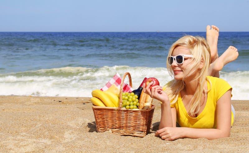 使黄雀色cofete de费埃特文图拉岛海岛野餐playa西班牙靠岸 有篮子的白肤金发的少妇 库存照片