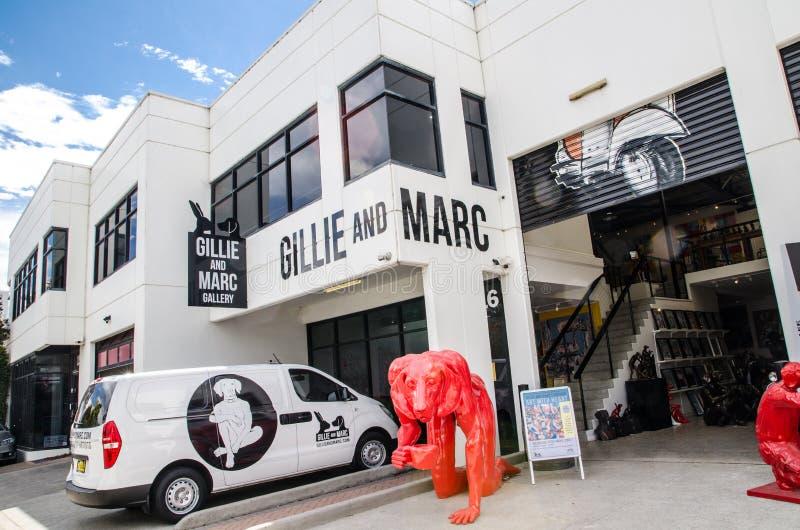侍从和果渣画廊导致犀牛和狗,图象展示红色狗雕塑当代艺术雕塑  库存照片