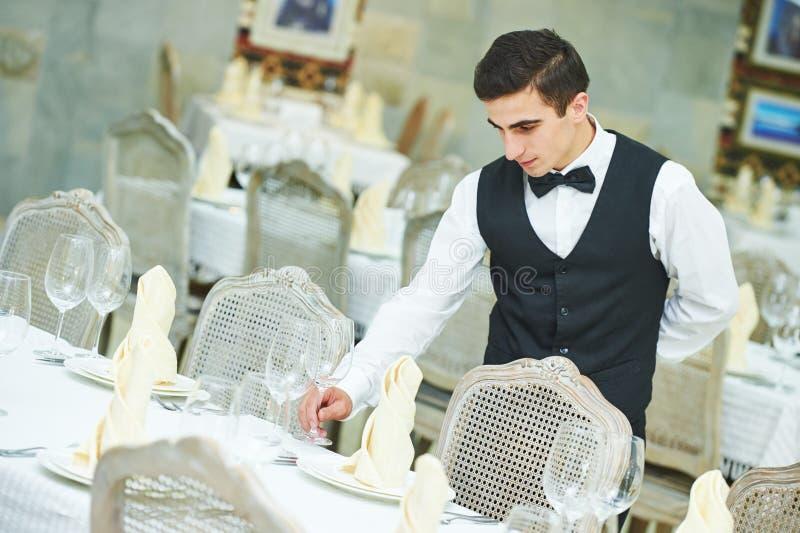 侍者人服务在餐馆的宴会桌 图库摄影