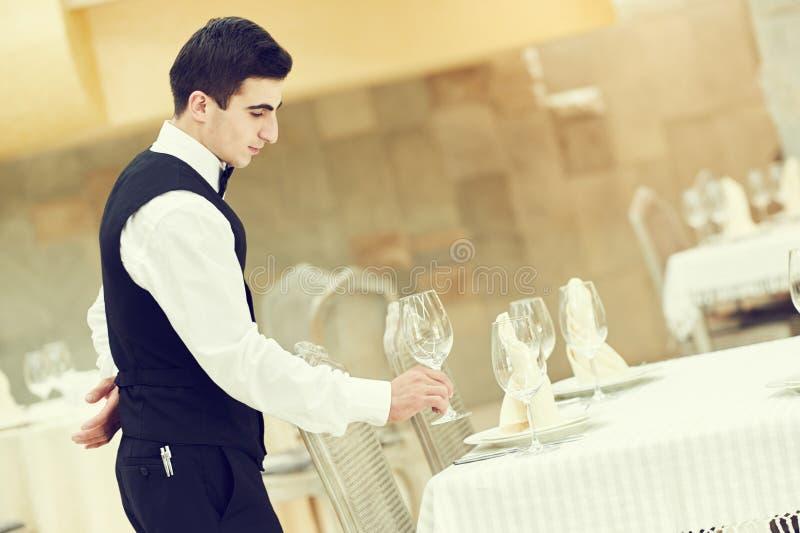 侍者人服务在餐馆的宴会桌 免版税图库摄影