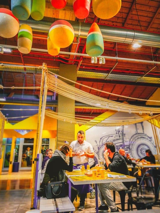 侍者在菲乔Eataly世界餐馆接受命令在波隆纳 免版税图库摄影